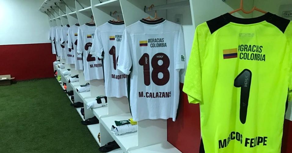 Camisas do Fluminense trazem mensagem de apoio à Chapecoense na partida contra o Internacional, no Estádio Giulite Coutinho