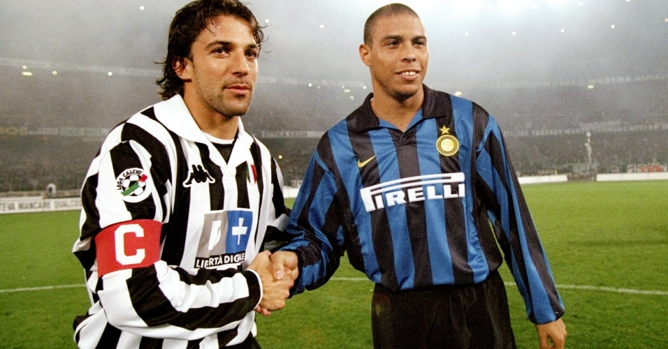 Del Piero e Ronaldo se cumprimentam antes de clássico entre Juventus e Inter nos anos 90