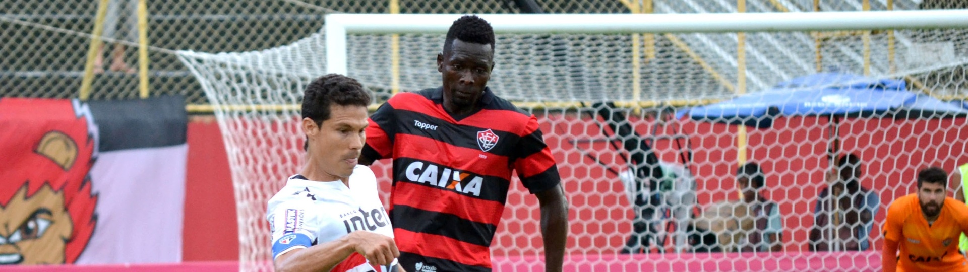 Hernanes e Kanu disputam lance no jogo entre Vitória e São Paulo