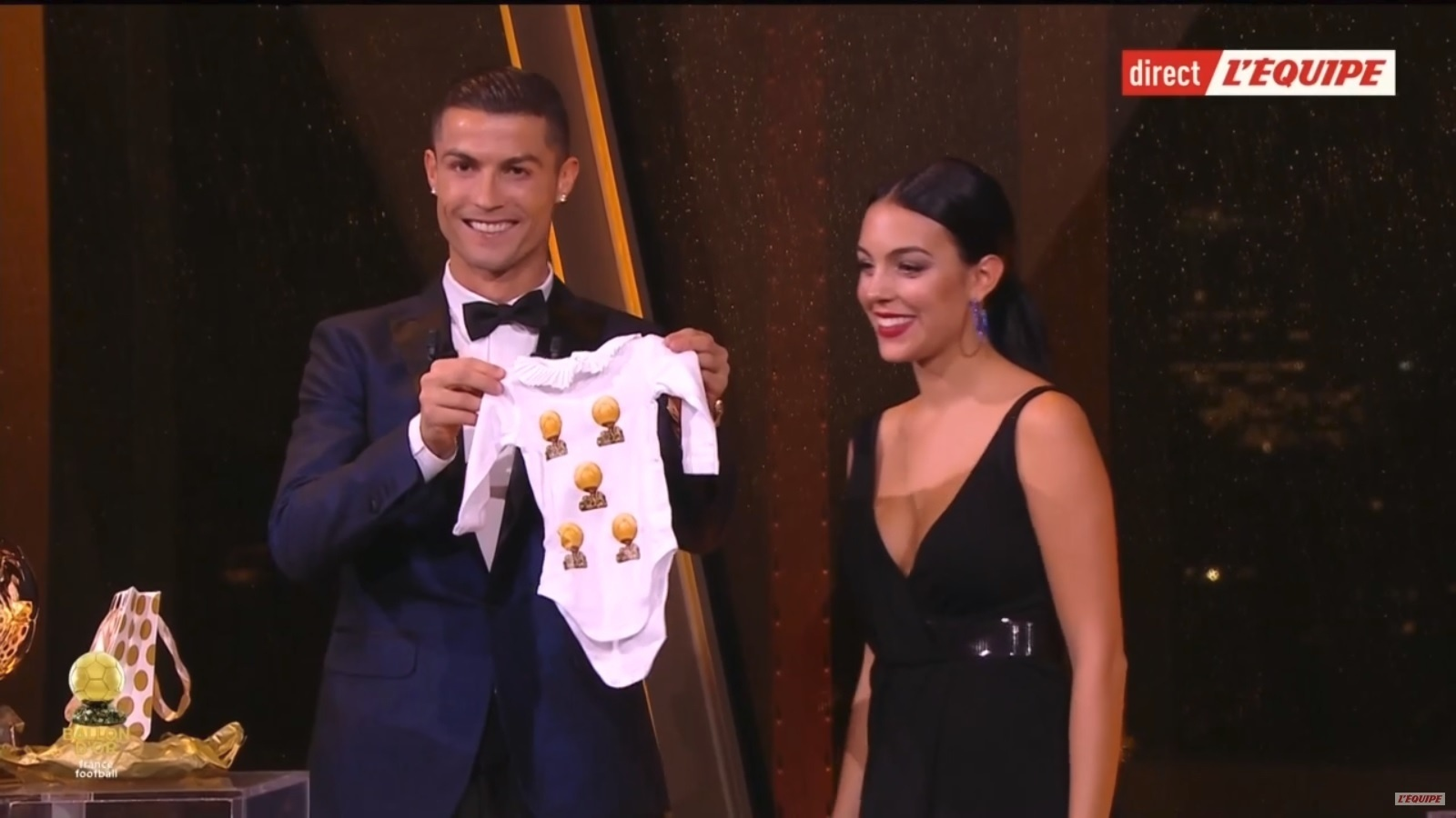 Cristiano Ronaldo e Georgina Rodríguez recebem presente durante a cerimônia da Bola de Ouro