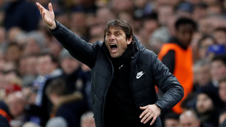 O técnico Antonio Conte orienta o Chelsea no jogo contra o Barcelona - Reuters/Andrew Boyers
