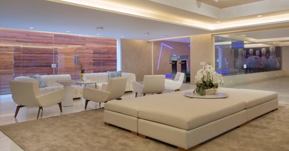 No sub-solo da casa, as decoradoras fizeram um salão de festas com direito a pista de boliche. O andar ainda tem a garagem, área de lavanderia e uma academia equipada