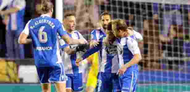 Jogadores do La Coruña comemoram o segundo gol sobre o Barcelona - Miguel Vidal/Reuters - Miguel Vidal/Reuters