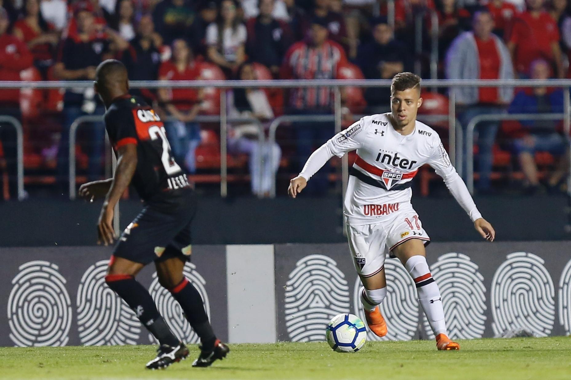 O atacante Lucas Fernandes em lance da partida entre São Paulo e Vitória
