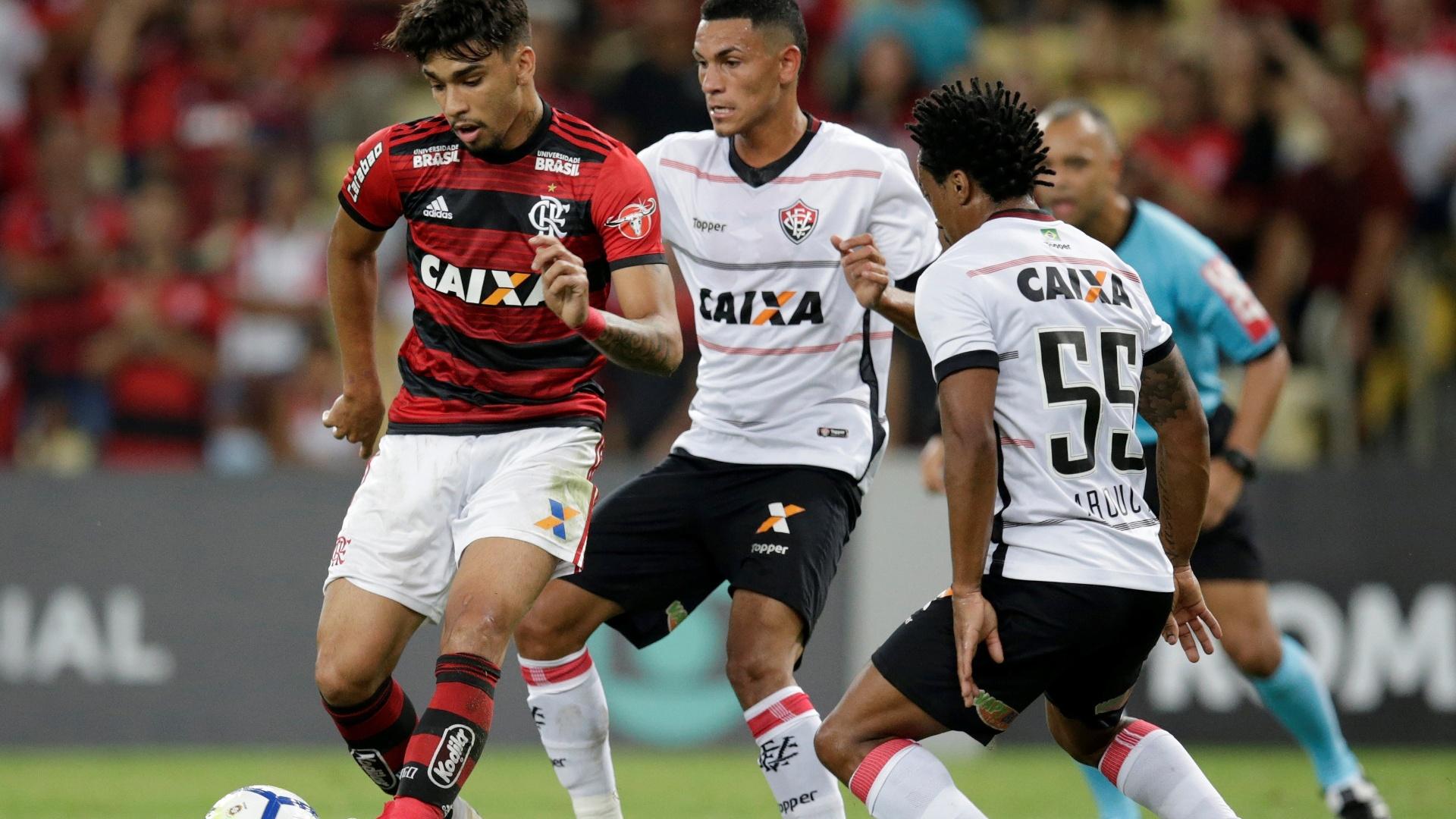 Lucas Paquetá é marcado por dois durante Flamengo x Vitória pelo Brasileirão