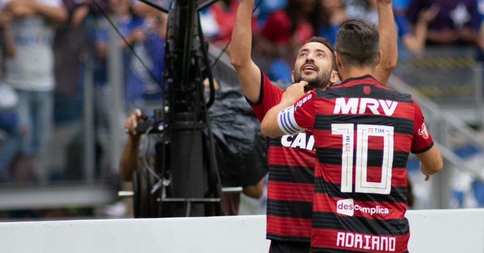 Diego homenageou Adriano Imperador na camisa do Flamengo