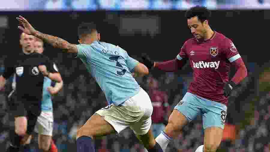 Felipe Anderson, do West Ham, tenta passar pela marcação de Danilo, do Manchester City - Arfa Griffiths/West Ham United via Getty Images