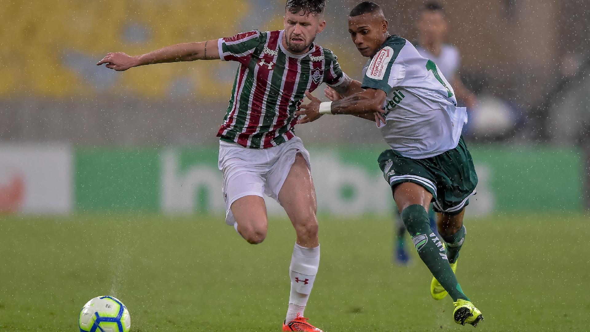 Caio Henrique, do Fluminense, disputa lance com jogador do Luverdense durante partida pela Copa do Brasil 2019