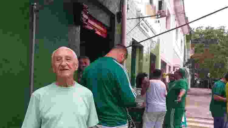 Luiz Cavatão, de 83 anos, acompanhou muitos jogos pelo rádio, mas prefere a televisão - Diego Salgado/UOL Esporte