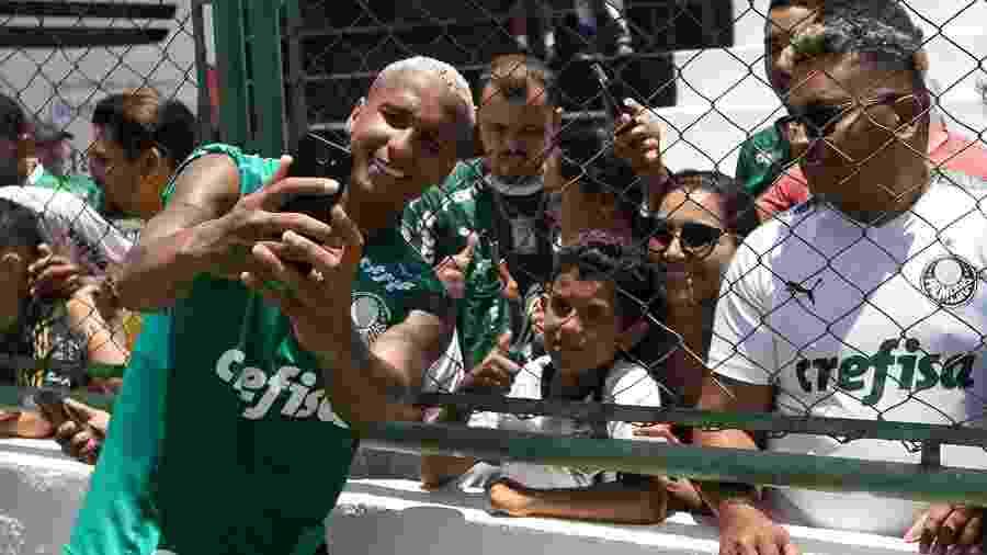 Deyverson tira foto com torcedores do Palmeiras em treino no Ceará - Cesar Greco/Ag Palmeiras/Divulgação