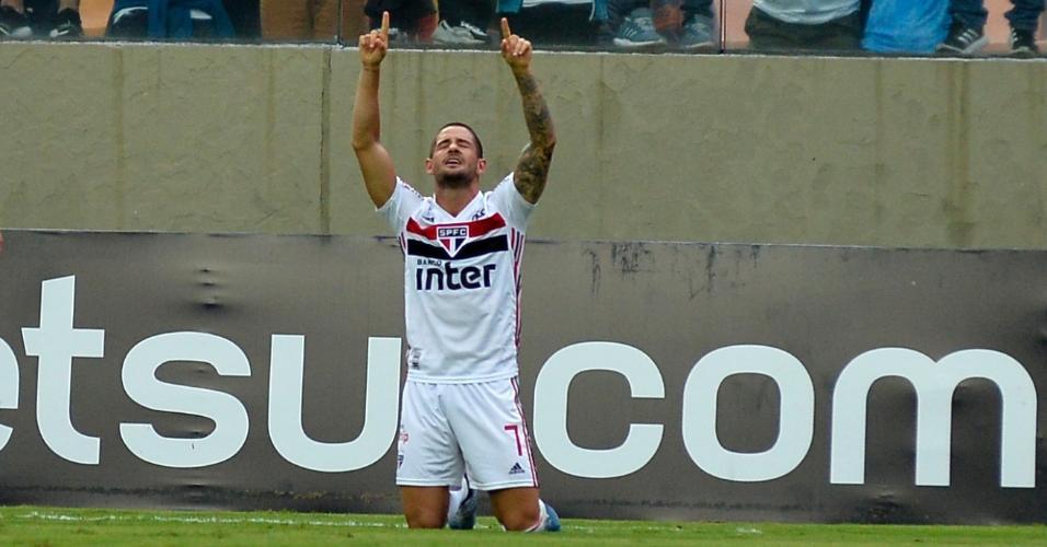 Pato comemora segundo gol do São Paulo em cima do Oeste