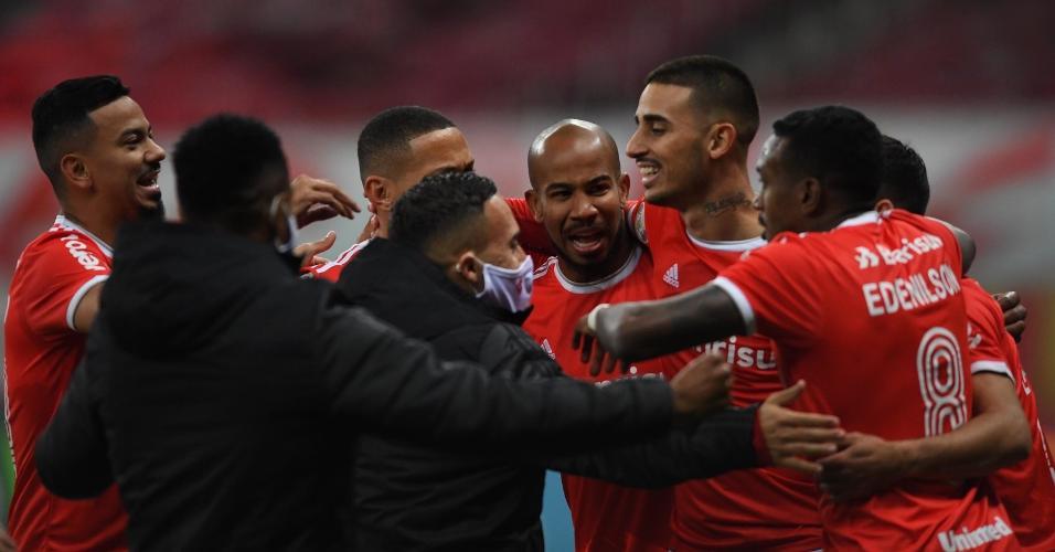 Jogadores do Inter comemoram gol marcado por Thiago Galhardo