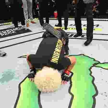 Khabib beija o octógono do UFC antes de anunciar aposentadoria - Josh Hedges/Zuffa LLC via Getty Images - Josh Hedges/Zuffa LLC via Getty Images