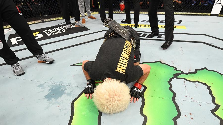 Khabib Nurmagomedov beija o octógono do UFC antes de anunciar aposentadoria - Josh Hedges/Zuffa LLC via Getty Images