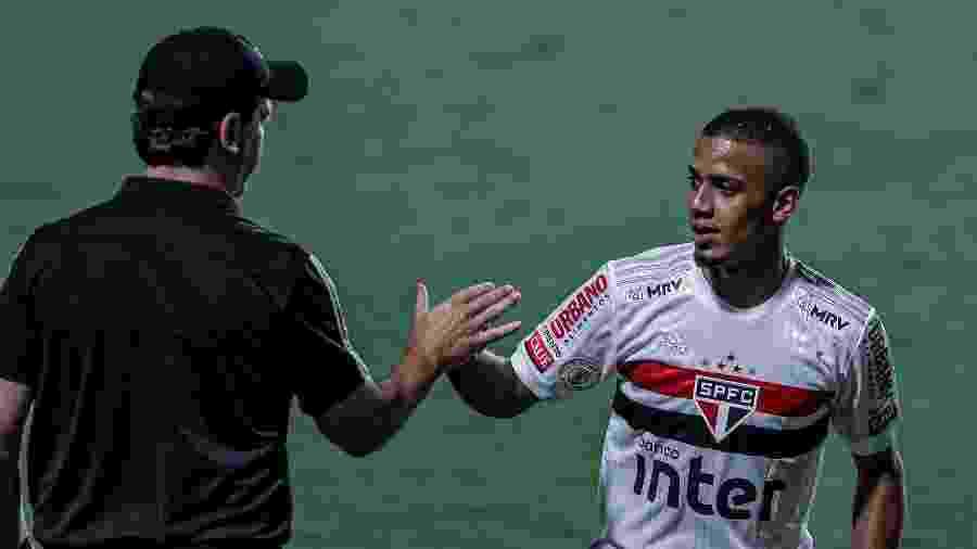 Brenner comemora com Fernando Diniz o gol marcado pelo São Paulo contra o Goiás - Heber Gomes/AGIF