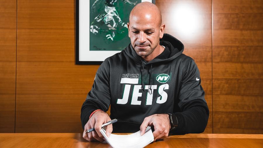 Robert Saleh passou por quatro franquias da NFL antes de se tornar o técnico principal do New York Jets - Divulgação/NYJets