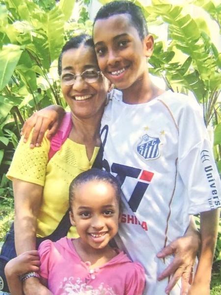 Lucas Braga na infância já com a camisa do Santos - Arquivo Pessoal