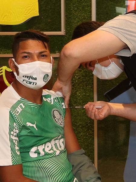 Rony, jogador do Palmeiras, toma vacina contra covid-19 no Paraguai - Cesar Greco/Palmeiras