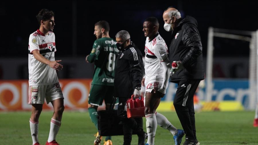 Marquinhos deixa machucado a partida entre São Paulo e Palmeiras - Miguel Schincariol/São Paulo FC