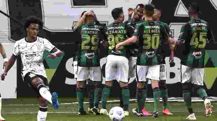 Jogadores do América-MG comemoram gol de Marlon contra o Corinthians, no Brasileirão - Ettore Chiereguini/AGIF - Ettore Chiereguini/AGIF