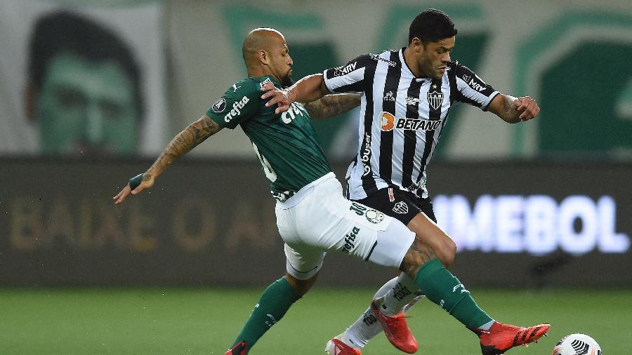 Felipe Melo e Hulk disputam a bola durante o jogo entre Palmeiras e Atlético-MG - Conmebol