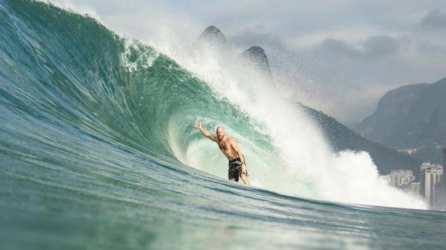 Surfista Phil Rajzman pega tubo em onda do Rio de Janeiro - Ana Catarina