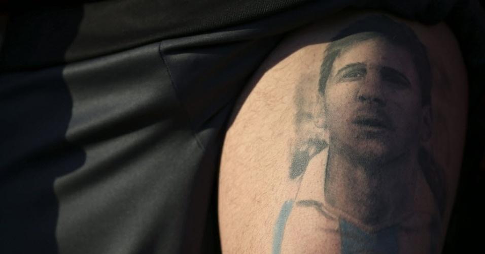 Torcedor com rosto de Messi, que faz seu 100º jogo pela seleção argentina, tatuado na perna