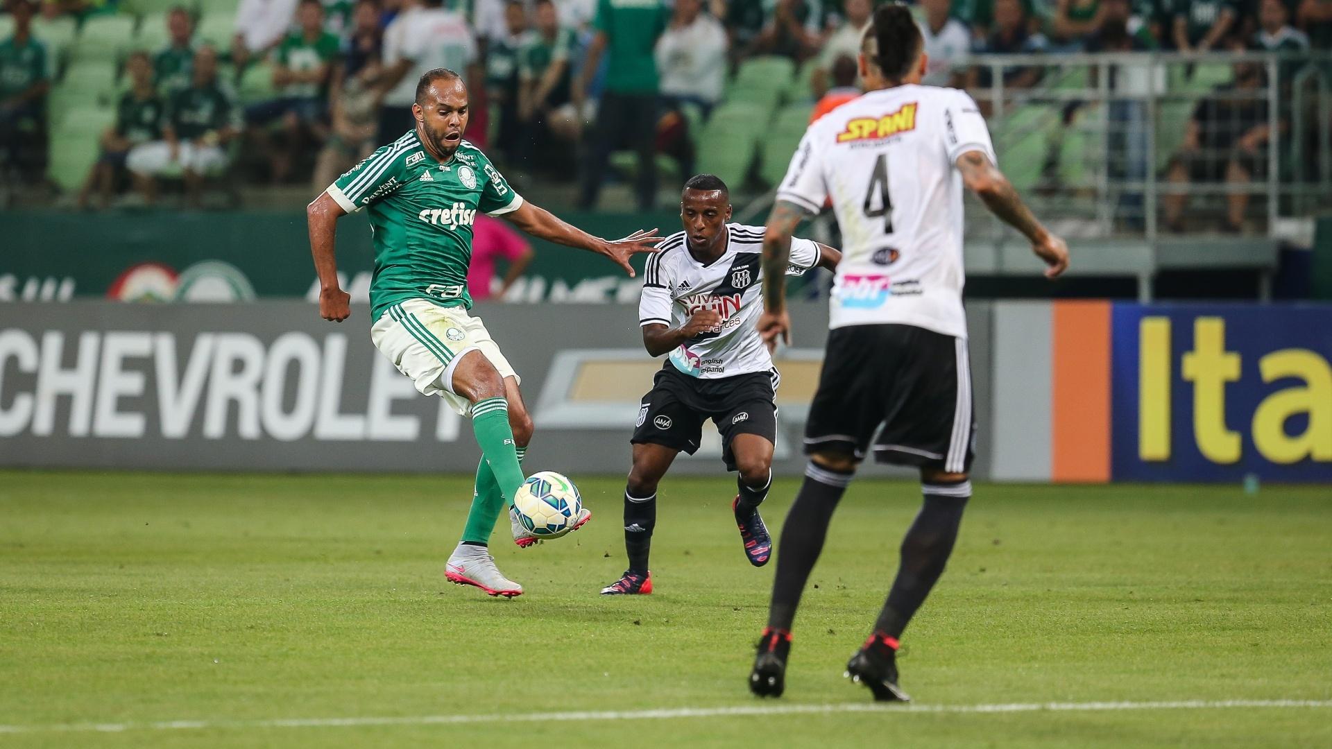 Alecsandro tenta dominar a bola enquanto é observado pelos jogadores da Ponte Preta no confronto válido pelo Campeonato Brasileiro