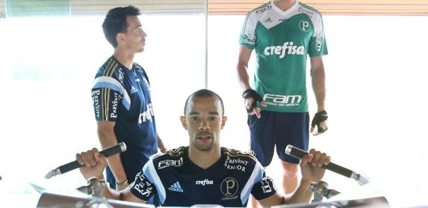 Roger Carvalho treinou com o elenco do Palmeiras antes da apresentação