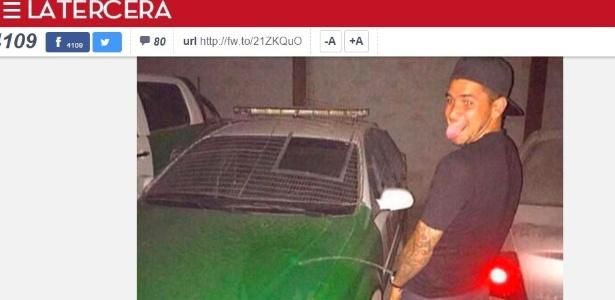 José Barrera é fotografado urinando em carro da polícia no Chile