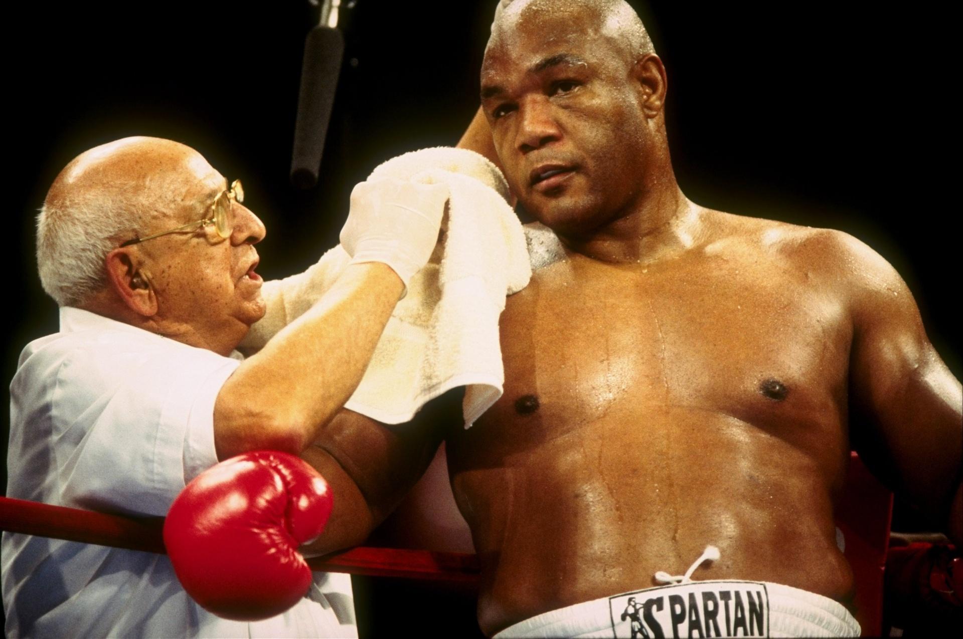 George Foreman durante luta contra Shannon Briggs em 1997