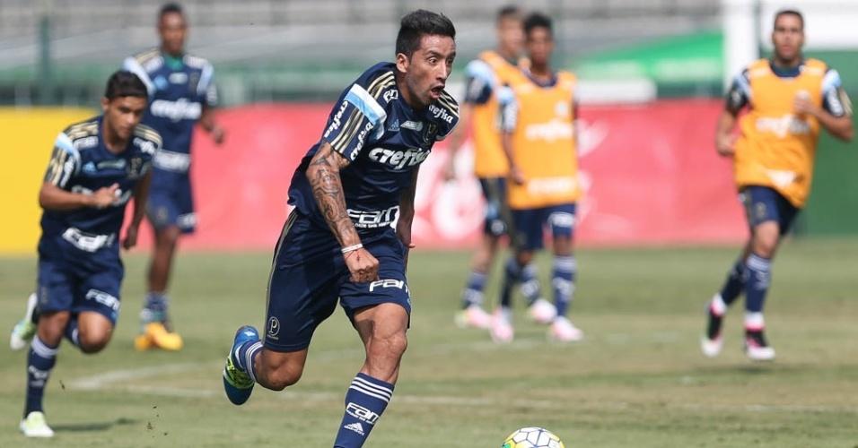 Barrios em lance de ataque ocorrido no treino do Palmeiras, na Academia de Futebol