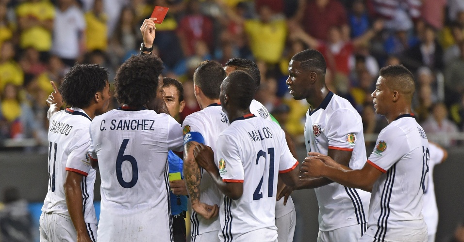 Carlos Sanchez é expulso no jogo Colômbia x Chile pela semis da Copa América