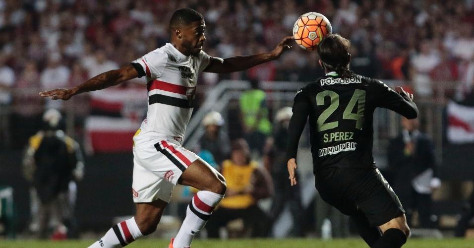 Michel Bastos encara marcação de Sebastian Perez no duele São Paulo x Atlético Nacional