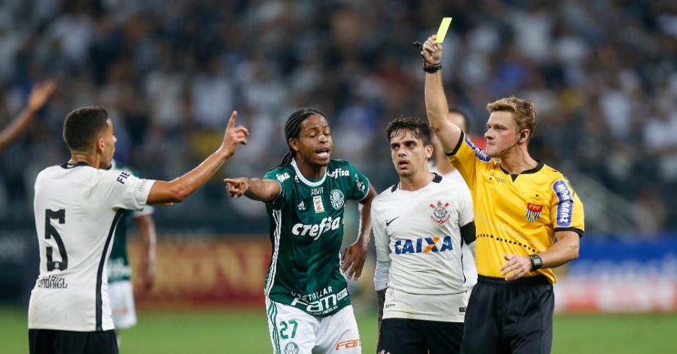 Keno aponta e o árbitro Thiago Duarte Peixoto dá o segundo cartão amarelo para Gabriel, que não só não cometeu a falta como nem participou do lance
