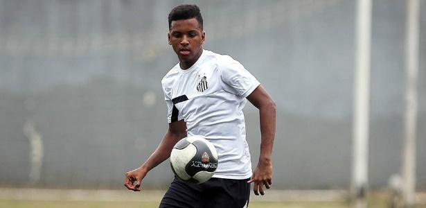 Rodrygo, hoje no profissional, treinava no gramado sintético do CT Rei Pelé