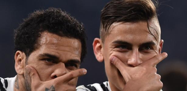 Dani Alves comemora gol da Juventus ao lado de Dybala