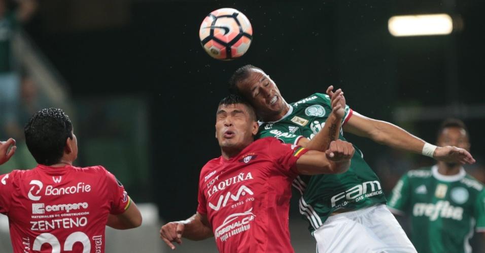 Guerra, do Palmeiras, disputa jogada aérea contra rival do Jorge Wilstermann, no Allianz Parque