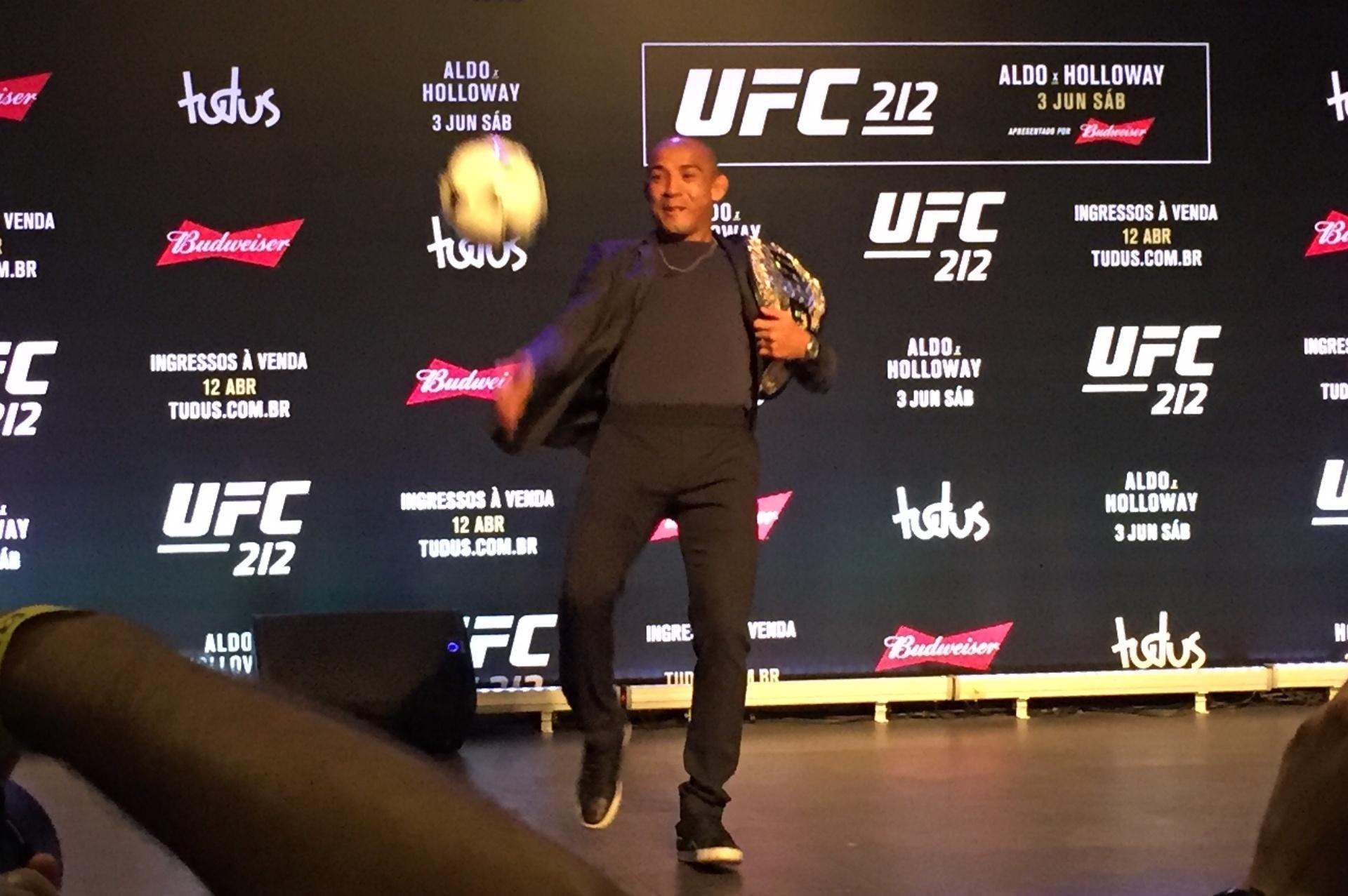 José Aldo bate bola durante coletiva do UFC 212