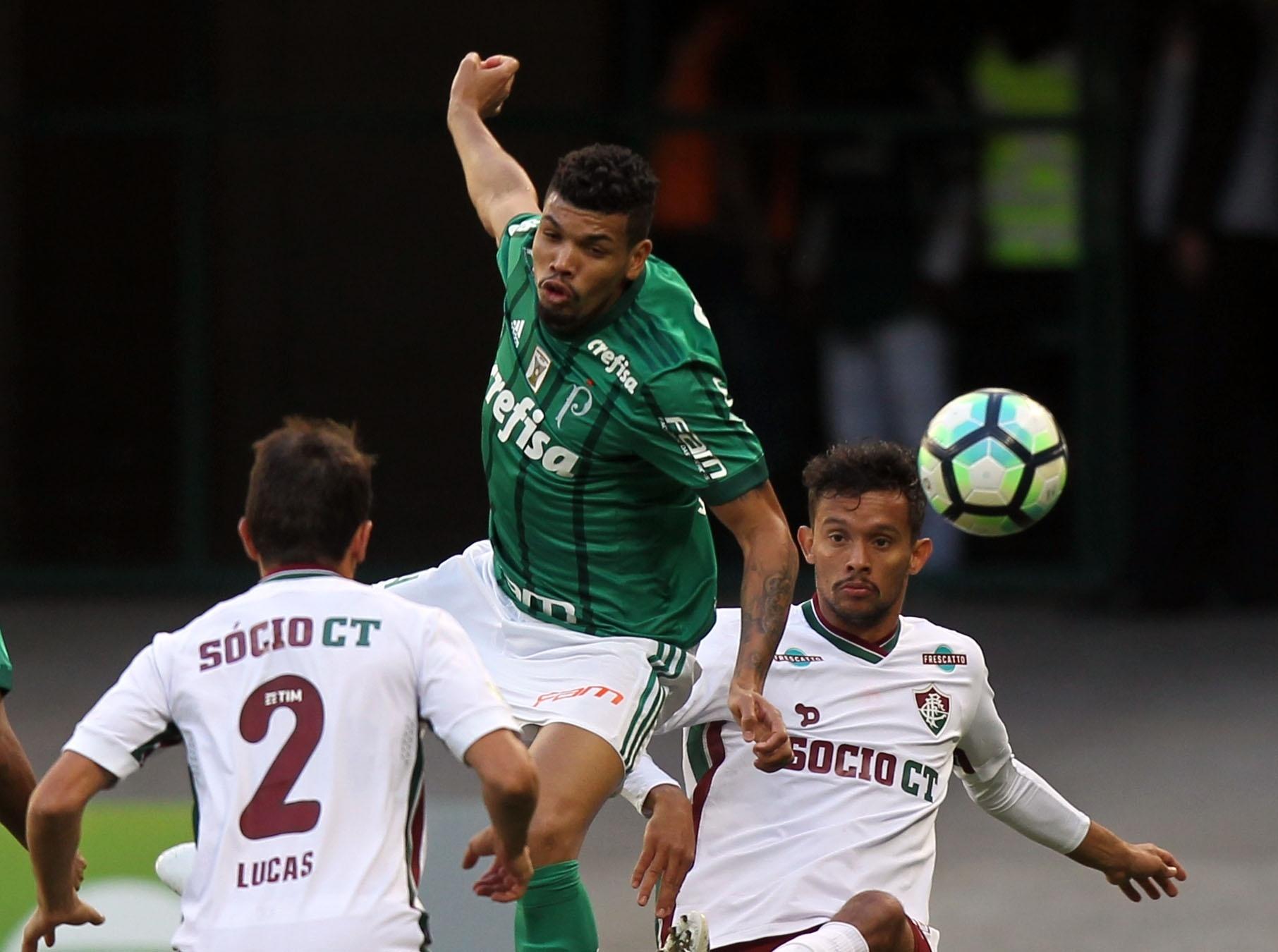 Zagueiro Juninho, do Palmeiras, disputa bola com Scarpa, do Flu