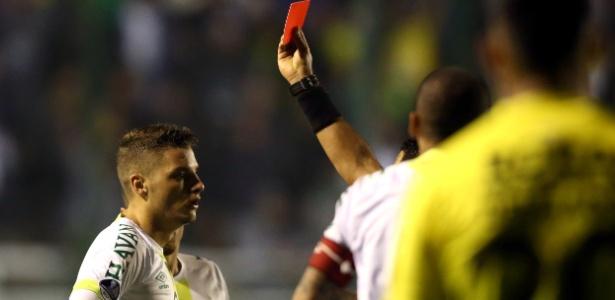 Andrei Girotto foi expulso no segundo tempo, deixando a Chape com dez