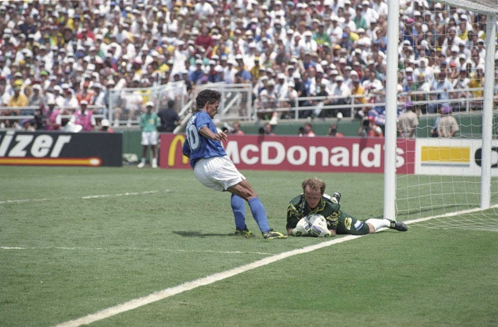 Taffarel segura a bola em frente a Baggio em lance da final da Copa do Mundo de 1994
