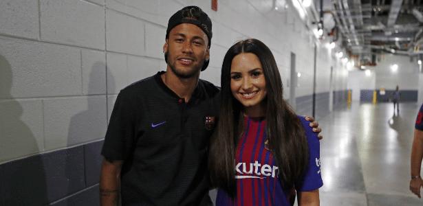 Neymar e Demi Lovato posam juntos depois de jogo do Barcelona
