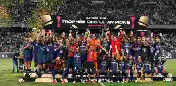 Thiago Silva (capitão) levanta a taça da Supercopa da França após vitória do PSG sobre o Monaco - Divulgação/PSG - Divulgação/PSG