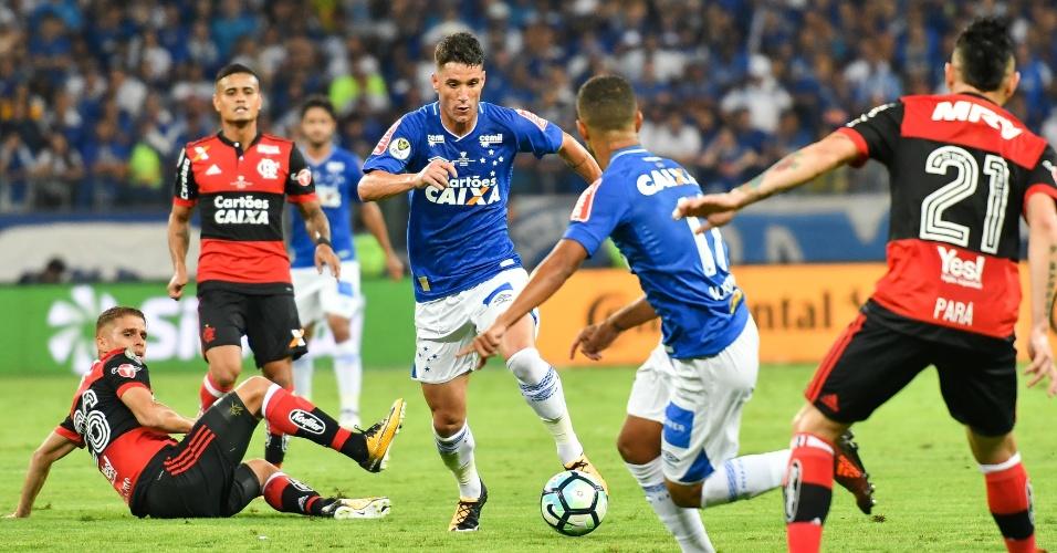 Thiago Neves faz o domínio e é observado por jogadores de Cruzeiro e Flamengo