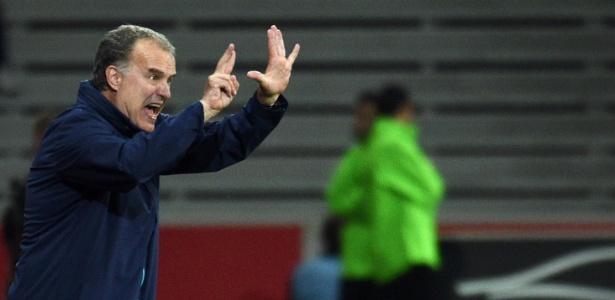 O técnico Marcelo Bielsa foi suspenso das funções pelo Lille