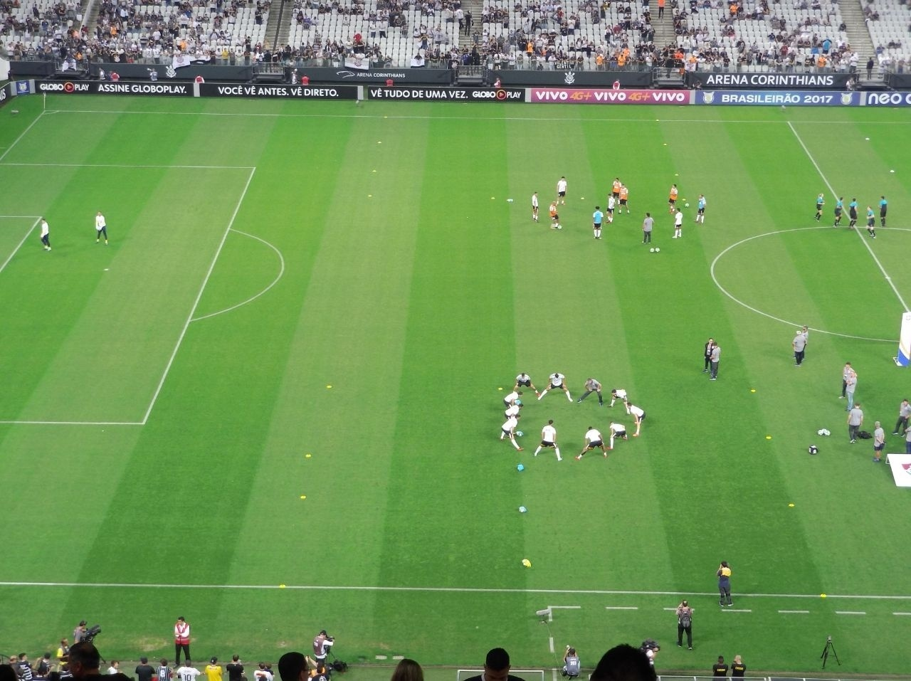 Elenco do Corinthians aquece no gramado da Arena