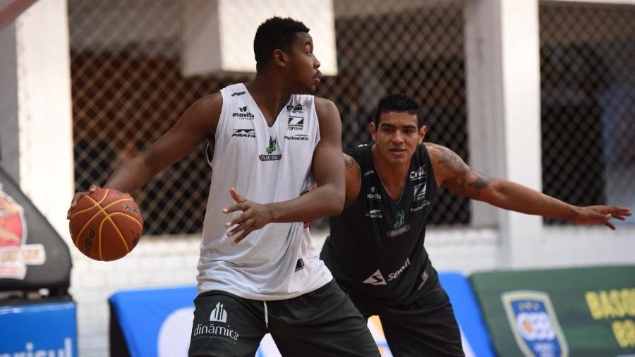 Michael Uchendu (à esquerda) em ação contra Shilton em treino do Bauru - Victor Lira/Bauru Basket