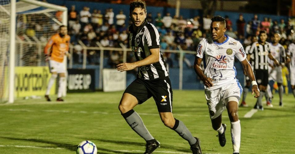 Igor Rabello em lance da partida entre Aparecidense e Botafogo, pela Copa do Brasil