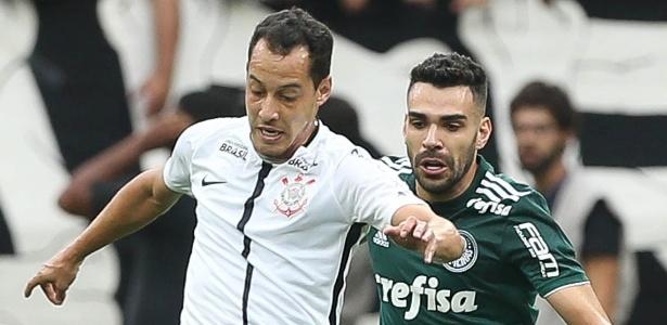 Rodriguinho e Bruno Henrique disputam bola durante Corinthians x Palmeiras na final do Paulistão